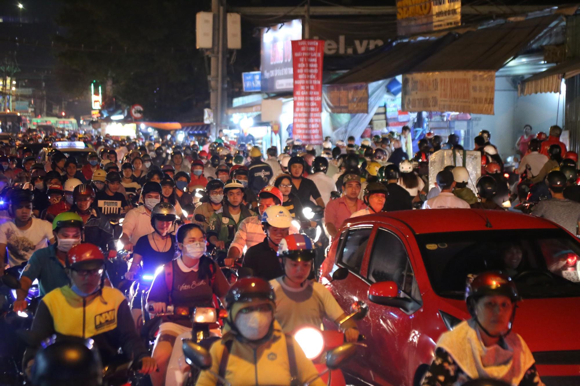 Sài Gòn ùn tắc kinh hoàng sau mưa lớn, trẻ em ngủ gục trên vai ba mẹ ngoài đường - Ảnh 11.