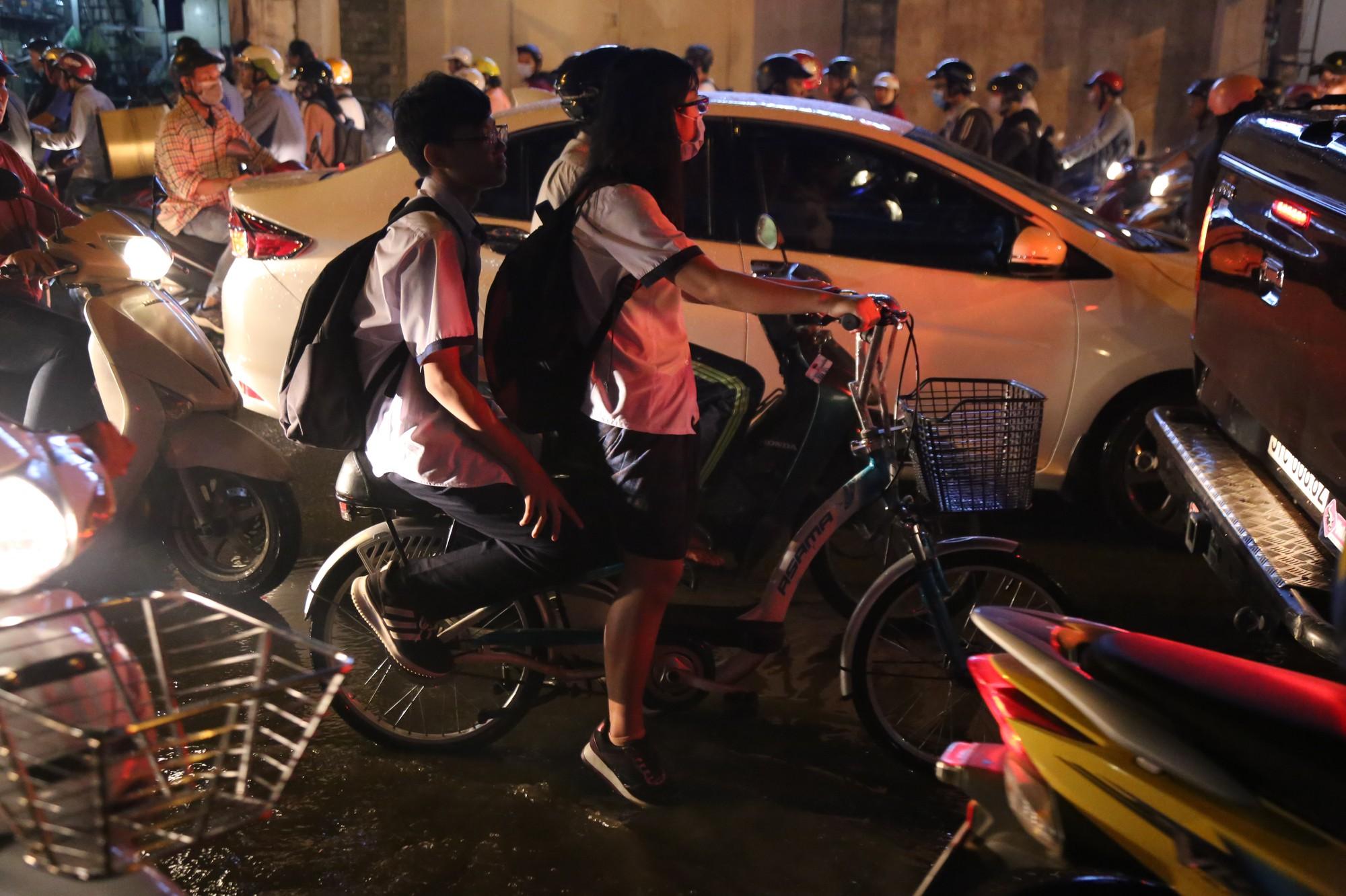 Sài Gòn ùn tắc kinh hoàng sau mưa lớn, trẻ em ngủ gục trên vai ba mẹ ngoài đường - Ảnh 13.