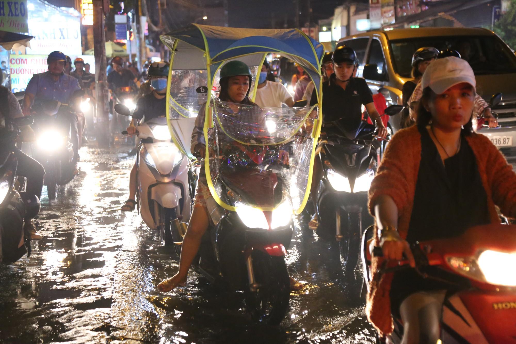 Sài Gòn ùn tắc kinh hoàng sau mưa lớn, trẻ em ngủ gục trên vai ba mẹ ngoài đường - Ảnh 14.