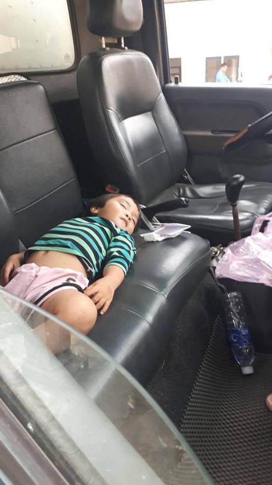 """Hình ảnh bé gái nằm ngủ ngon lành trên xe tải khi đi bốc hàng cùng bố gợi nhớ về """"tuổi thơ dữ dội"""" của nhiều người - Ảnh 2."""
