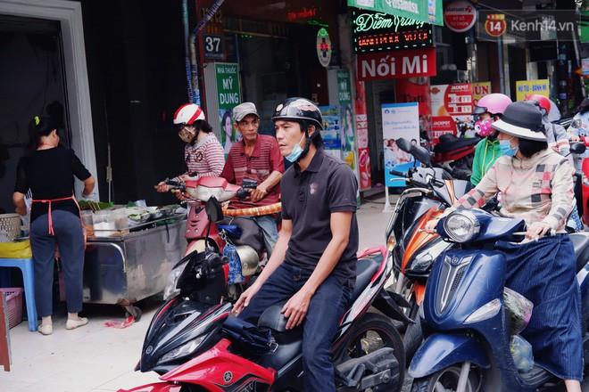 Quán xôi gói bằng lá sen mỗi sáng chỉ bán 3 tiếng là hết veo, người Sài Gòn xếp hàng nườm nượp chờ mua - Ảnh 3.
