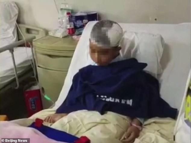 Chưa chính thức làm mẹ kế, người phụ nữ đã cầm búa đập vỡ đầu con riêng của chồng - Ảnh 1.