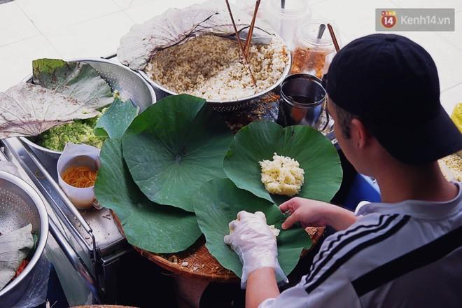 Quán xôi gói bằng lá sen mỗi sáng chỉ bán 3 tiếng là hết veo, người Sài Gòn xếp hàng nườm nượp chờ mua - Ảnh 6.