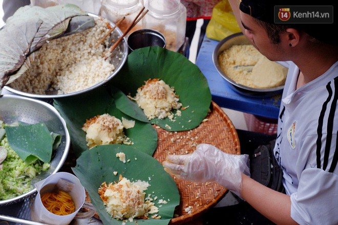 Quán xôi gói bằng lá sen mỗi sáng chỉ bán 3 tiếng là hết veo, người Sài Gòn xếp hàng nườm nượp chờ mua - Ảnh 9.