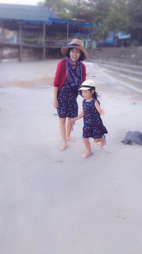 Mai Phương khoẻ mạnh hơn hẳn sau hơn 1 tháng xuất viện, tươi tắn đưa con gái về quê nội nghỉ dưỡng - Ảnh 2.