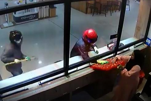 Clip: Cướp còn hì hục mãi chưa phá được tủ, nhân viên đã vội mang hết vàng trong tiệm ra biếu cho nhanh - Ảnh 2.