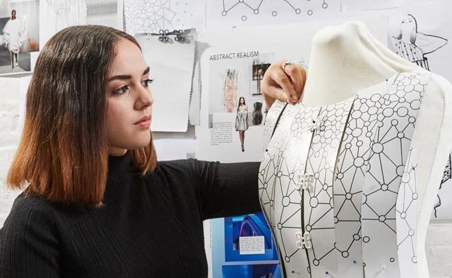 Nhà thiết kế trẻ tài năng này tạo ra cả một bộ sưu tập thời trang chỉ bằng Galaxy Note9 - Ảnh 1.