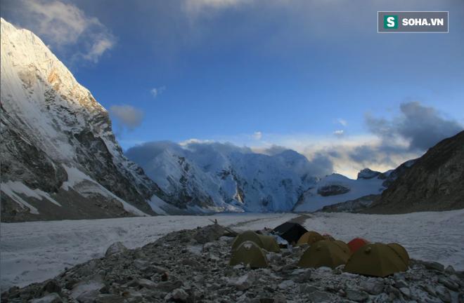 Cắm trại gần đỉnh Everest, các nhà khoa học bị giật mình vì âm thanh lạ lúc nửa đêm - Ảnh 1.