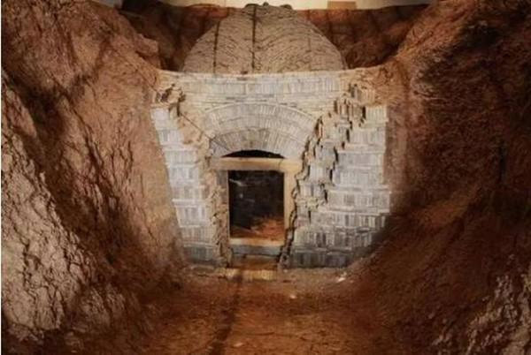 Cả gan trộm mộ trung thần nhưng vừa nhìn thấy bộ hài cốt quái lạ, mộ tặc vội vã bỏ chạy - Ảnh 5.