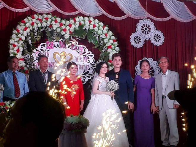 Nhan sắc vợ mới cưới, kém 12 tuổi của ca sĩ hội chợ Lâm Chấn Huy - Ảnh 1.