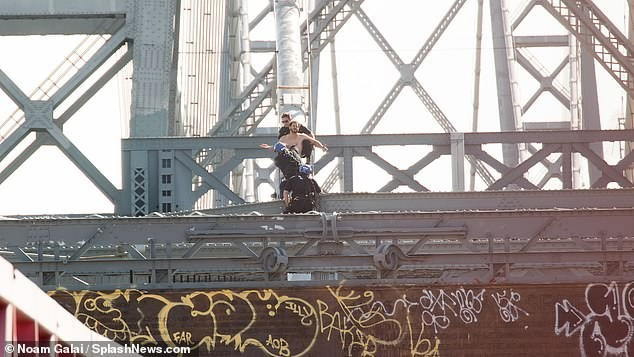 Thót tim khoảnh khắc cảnh sát giải cứu người đàn ông định tự tử trên cầu treo - Ảnh 3.