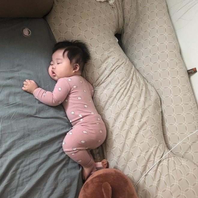 Slogan từ 1001 kiểu ngủ say của cậu nhóc Hàn Quốc: Chủ nhật chỉ cần ngủ đủ chứ chả cần ai! - Ảnh 1.