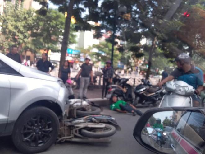 Xế hộp tông liên tiếp 4 xe máy ở Hà Nội, 6 người nhập viện - Ảnh 1.