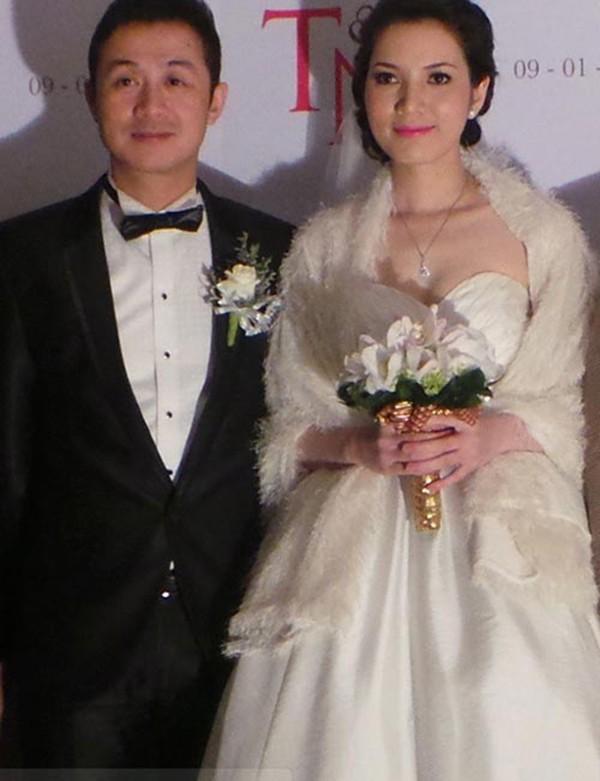 Vợ kém 14 tuổi xinh đẹp của MC Anh Tuấn: Cuộc sống sang chảnh, đi khắp thế giới - Ảnh 1.
