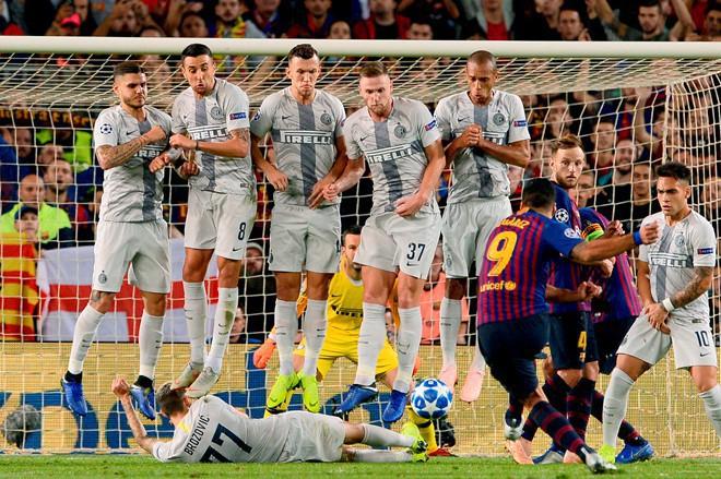 Hy hữu: Cầu thủ Inter Milan chặn đồng đội của Messi đá phạt bằng pha cản phá siêu dị, khiến Messi phải bật cười - Ảnh 1.