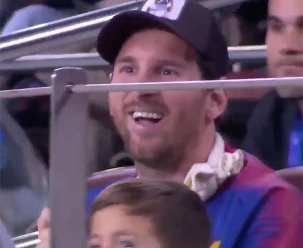 Hy hữu: Cầu thủ Inter Milan chặn đồng đội của Messi đá phạt bằng pha cản phá siêu dị, khiến Messi phải bật cười - Ảnh 2.