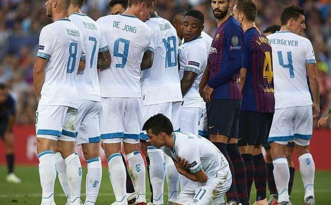 Hy hữu: Cầu thủ Inter Milan chặn đồng đội của Messi đá phạt bằng pha cản phá siêu dị, khiến Messi phải bật cười - Ảnh 3.