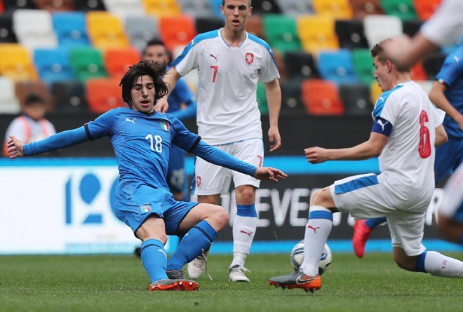 Chelsea và Juventus tranh nhau cầu thủ giống Pirlo như tạc - Ảnh 1.