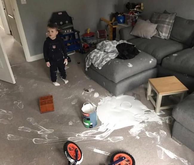 Để con 1 mình trong phòng, 5 phút sau bà mẹ sững sờ khi biết con trai vừa phá hủy hơn 100 triệu đồng - Ảnh 1.