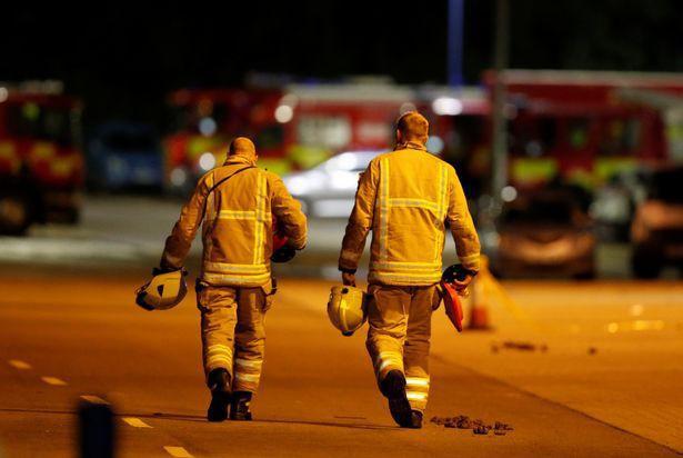 Nhân chứng kể lại khoảnh khắc vị cảnh sát dũng cảm lao vào đám cháy, cố gắng phá cửa để cứu nạn nhân thảm kịch trực thăng rơi - Ảnh 2.