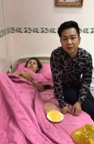 Sốc với cảnh em kết nghĩa của ca sĩ Quách Tuấn Du bất ngờ bị nổ túi ngực 2.000 USD ngay trên máy bay - Ảnh 1.