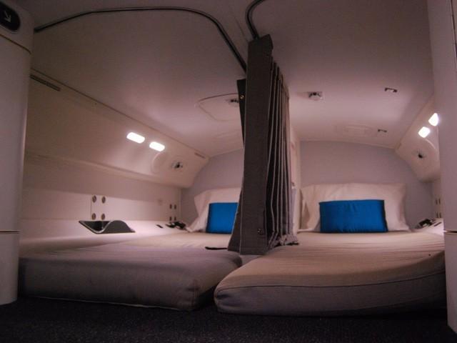 Hoá ra trên máy bay còn có những phòng ngủ bí mật cho phi hành đoàn mà không phải ai cũng biết - Ảnh 12.