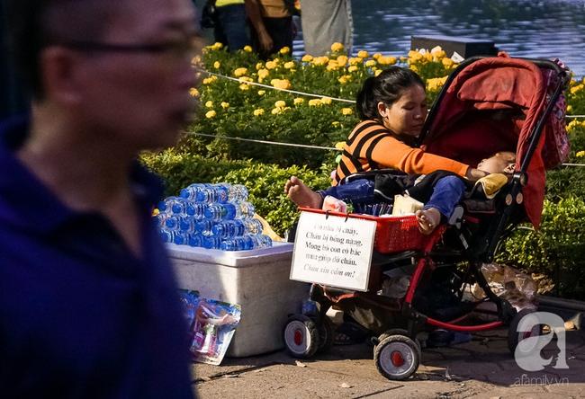 Giấc mơ bên chiếc xe nôi của mẹ em bé 4 tuổi, 2 năm không thể khép mi ngủ, cuối tuần đưa nhau lên phố đi bộ bán hàng - Ảnh 10.