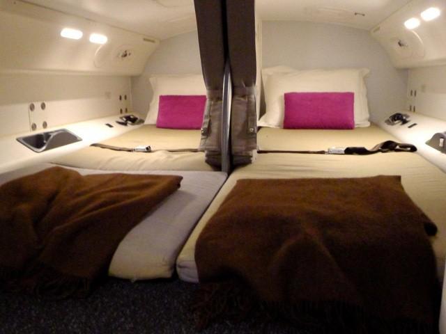 Hoá ra trên máy bay còn có những phòng ngủ bí mật cho phi hành đoàn mà không phải ai cũng biết - Ảnh 10.