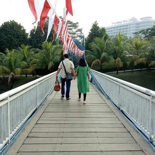 Bức hình ám ảnh gây xúc động mạnh trong tai nạn máy bay rơi ở Indonesia: Đôi vợ chồng nắm tay nhau đi đến thiên đường - Ảnh 4.
