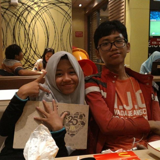 Bức hình ám ảnh gây xúc động mạnh trong tai nạn máy bay rơi ở Indonesia: Đôi vợ chồng nắm tay nhau đi đến thiên đường - Ảnh 5.