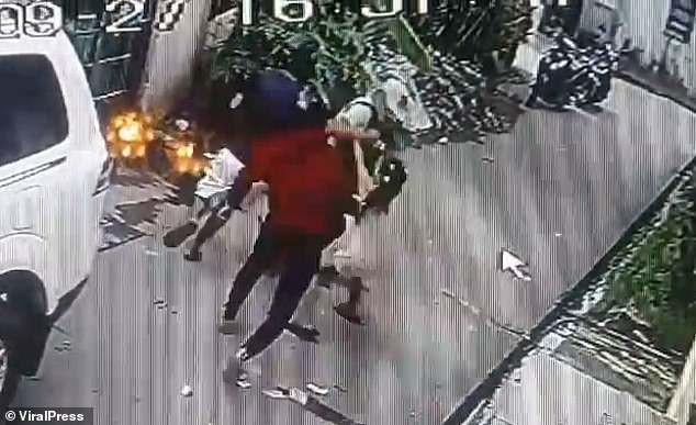 CLIP: Bé gái lao vào nhóm cướp có súng, giằng túi tiền cho bố và diễn biến gây kinh ngạc - Ảnh 2.