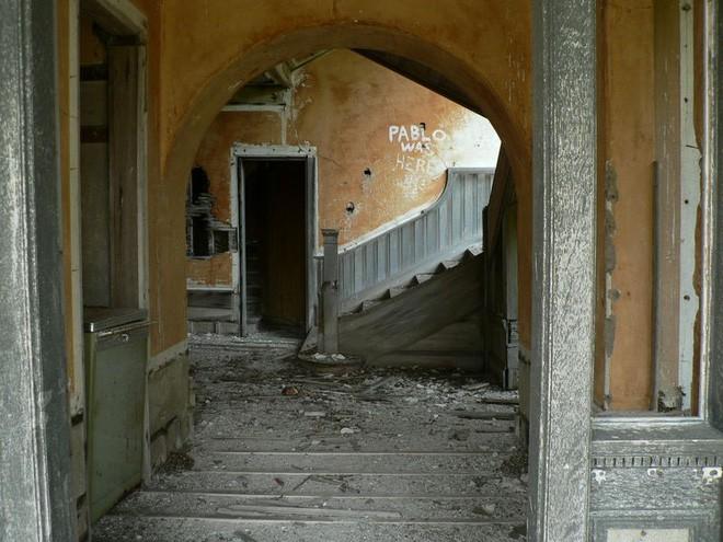 """Carleton Villa: Biệt thự nguy nga tráng lệ giờ chỉ là đống đổ nát hoang tàn bởi """"lời nguyền"""" tang tóc làm cả gia tộc lụi tàn - Ảnh 15."""