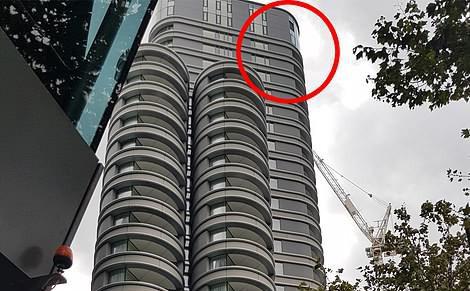 Vừa rời khỏi khách sạn, người đàn ông bị cửa kính tầng 27 rơi trúng người, tử vong tại chỗ