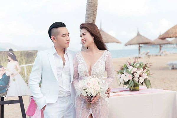 Đám cưới chị ruột Ngọc Trinh: Cô dâu diện đầm nóng bỏng, cười hạnh phúc bên chú rể kém tuổi - Ảnh 3.
