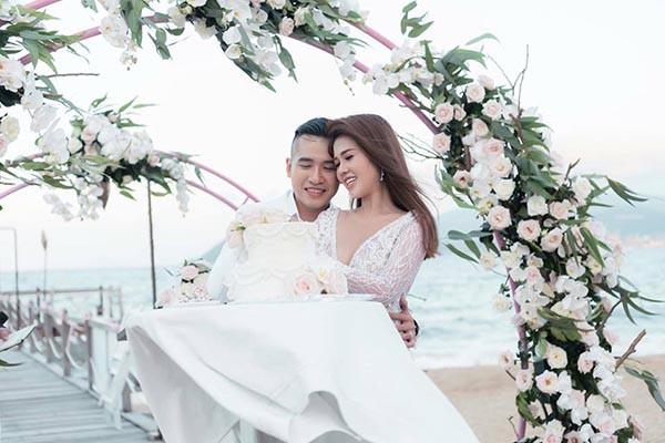Đám cưới chị ruột Ngọc Trinh: Cô dâu diện đầm nóng bỏng, cười hạnh phúc bên chú rể kém tuổi - Ảnh 4.
