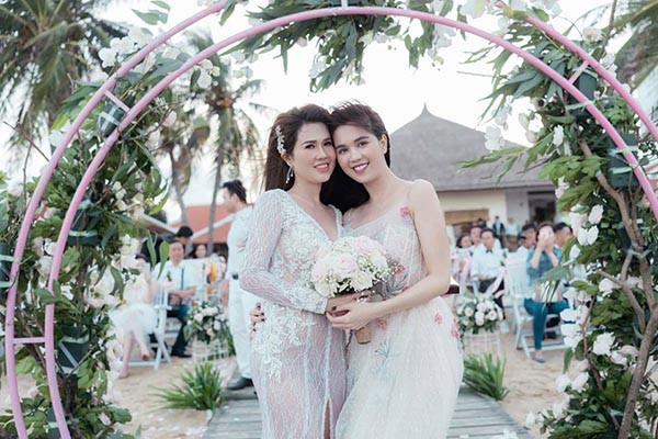 Đám cưới chị ruột Ngọc Trinh: Cô dâu diện đầm nóng bỏng, cười hạnh phúc bên chú rể kém tuổi - Ảnh 6.