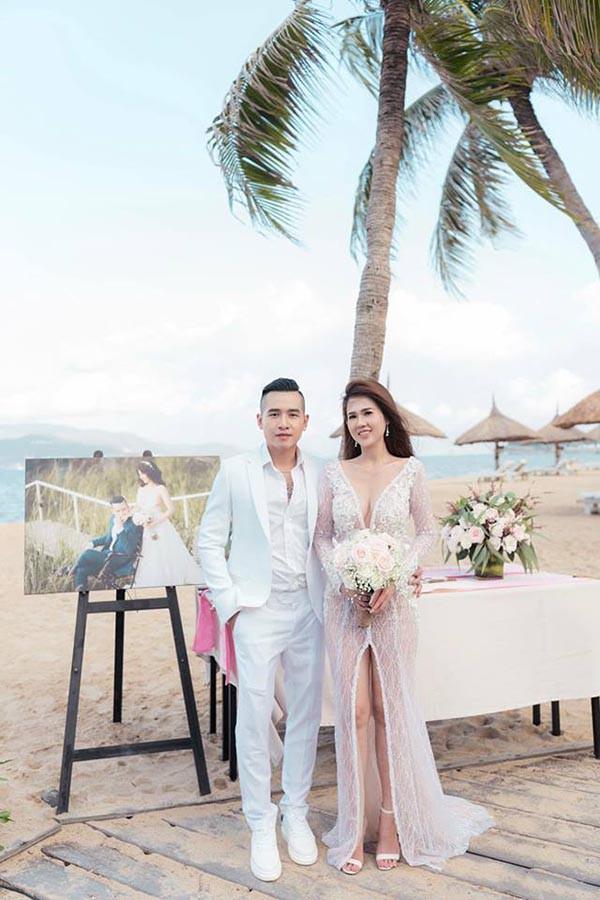 Đám cưới chị ruột Ngọc Trinh: Cô dâu diện đầm nóng bỏng, cười hạnh phúc bên chú rể kém tuổi - Ảnh 1.