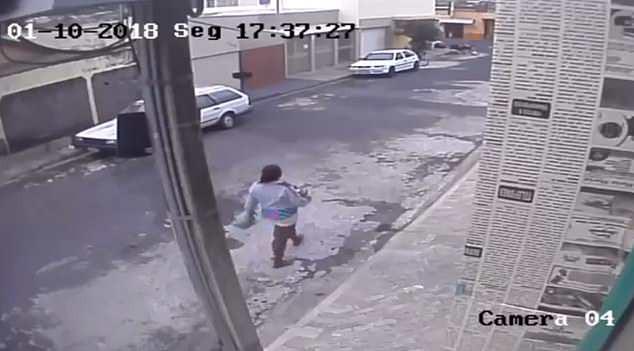 Sợ mất việc, mẹ trẻ nhẫn tâm bỏ con mới sinh vào thùng rác công cộng - Ảnh 2.