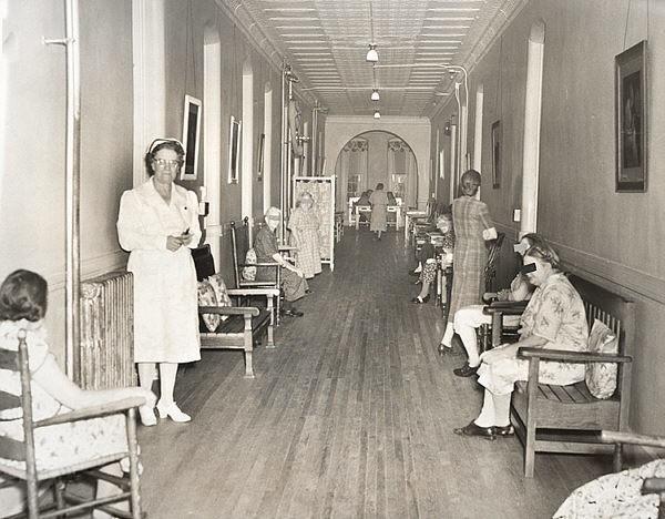 Bệnh viện tâm thần bỏ hoang 24 năm ở Mỹ: Mái ấm của bệnh nhân bị xã hội chối bỏ, lúc chết đi mộ phần cũng không được đề tên - Ảnh 8.
