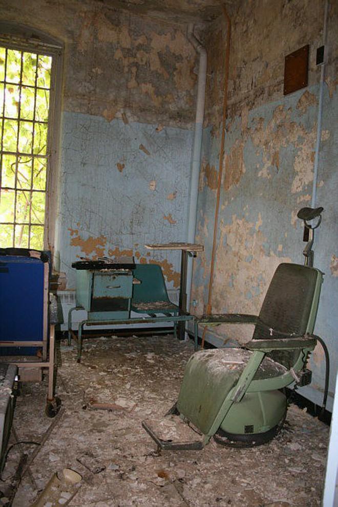 Bệnh viện tâm thần bỏ hoang 24 năm ở Mỹ: Mái ấm của bệnh nhân bị xã hội chối bỏ, lúc chết đi mộ phần cũng không được đề tên - Ảnh 4.