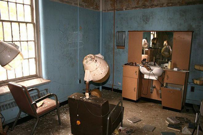 Bệnh viện tâm thần bỏ hoang 24 năm ở Mỹ: Mái ấm của bệnh nhân bị xã hội chối bỏ, lúc chết đi mộ phần cũng không được đề tên - Ảnh 6.