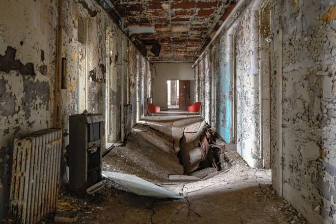 Bệnh viện tâm thần bỏ hoang 24 năm ở Mỹ: Mái ấm của bệnh nhân bị xã hội chối bỏ, lúc chết đi mộ phần cũng không được đề tên - Ảnh 9.