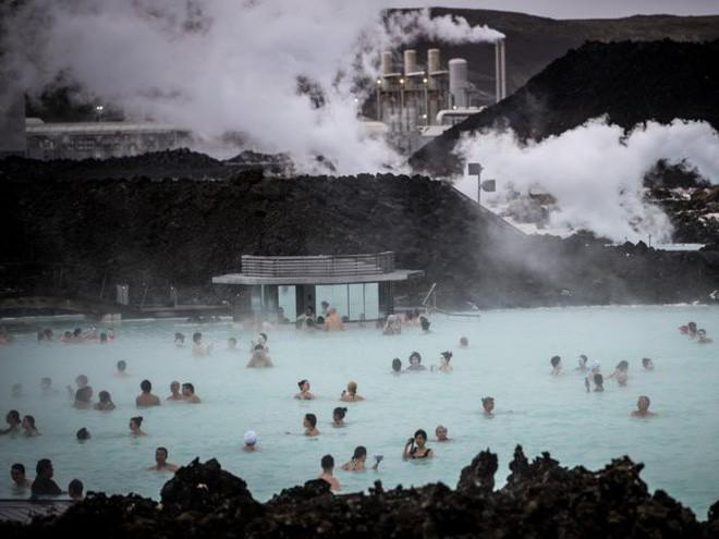 Suối địa nhiệt đẹp như tiên cảnh ở Iceland: Đến rồi mới thấy chen chúc toàn người trần mắt thịt - Ảnh 5.