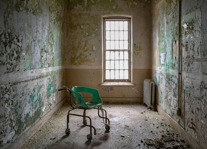 Bệnh viện tâm thần bỏ hoang 24 năm ở Mỹ: Mái ấm của bệnh nhân bị xã hội chối bỏ, lúc chết đi mộ phần cũng không được đề tên - Ảnh 10.