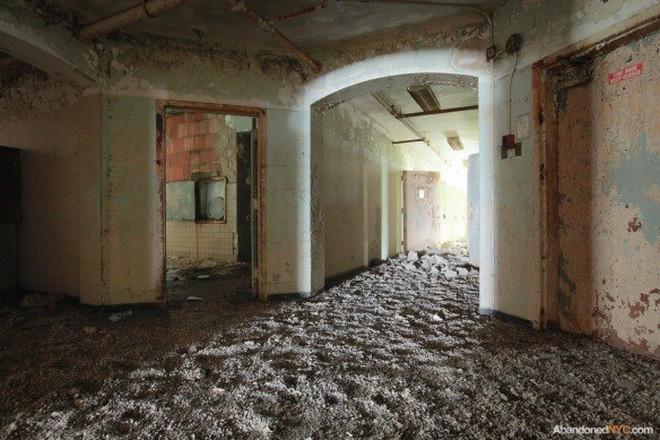 Bệnh viện tâm thần bỏ hoang 24 năm ở Mỹ: Mái ấm của bệnh nhân bị xã hội chối bỏ, lúc chết đi mộ phần cũng không được đề tên - Ảnh 11.