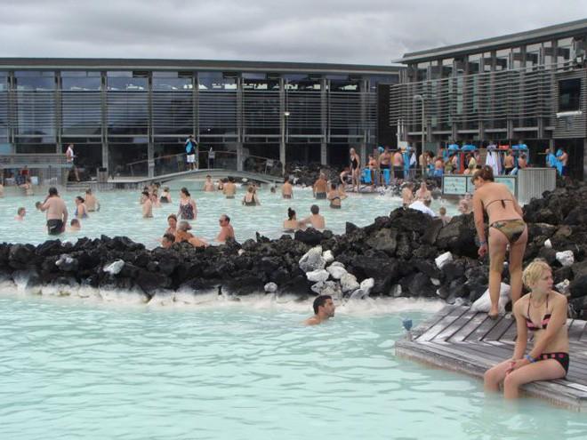 Suối địa nhiệt đẹp như tiên cảnh ở Iceland: Đến rồi mới thấy chen chúc toàn người trần mắt thịt - Ảnh 7.