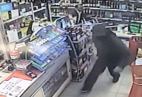 Video cụ ông 63 tuổi tay không, dũng cảm đánh đuổi tên cướp có vũ khí - Ảnh 3.