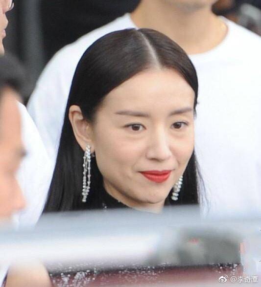 Choáng với nhan sắc thật sự của hoàng hậu Đổng Khiết: Da chảy xệ, gương mặt toàn nếp nhăn - Ảnh 5.