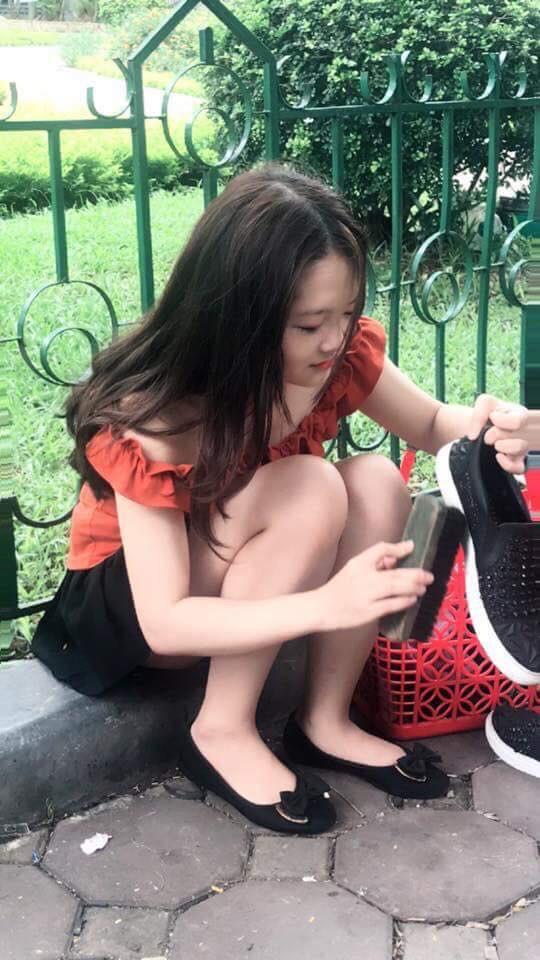 """Danh tính cô gái đánh giày trên vỉa hè bị dân mạng """"ném đá"""" vì nghĩ sống ảo, câu like - Ảnh 2."""