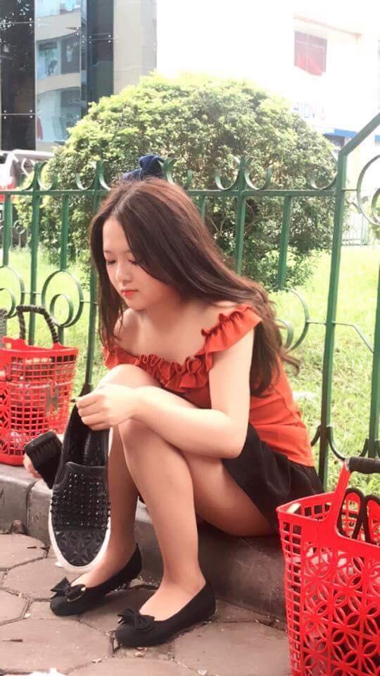 """Danh tính cô gái đánh giày trên vỉa hè bị dân mạng """"ném đá"""" vì nghĩ sống ảo, câu like - Ảnh 3."""